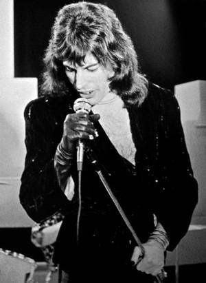 Freddiemercurytopofthepops1974