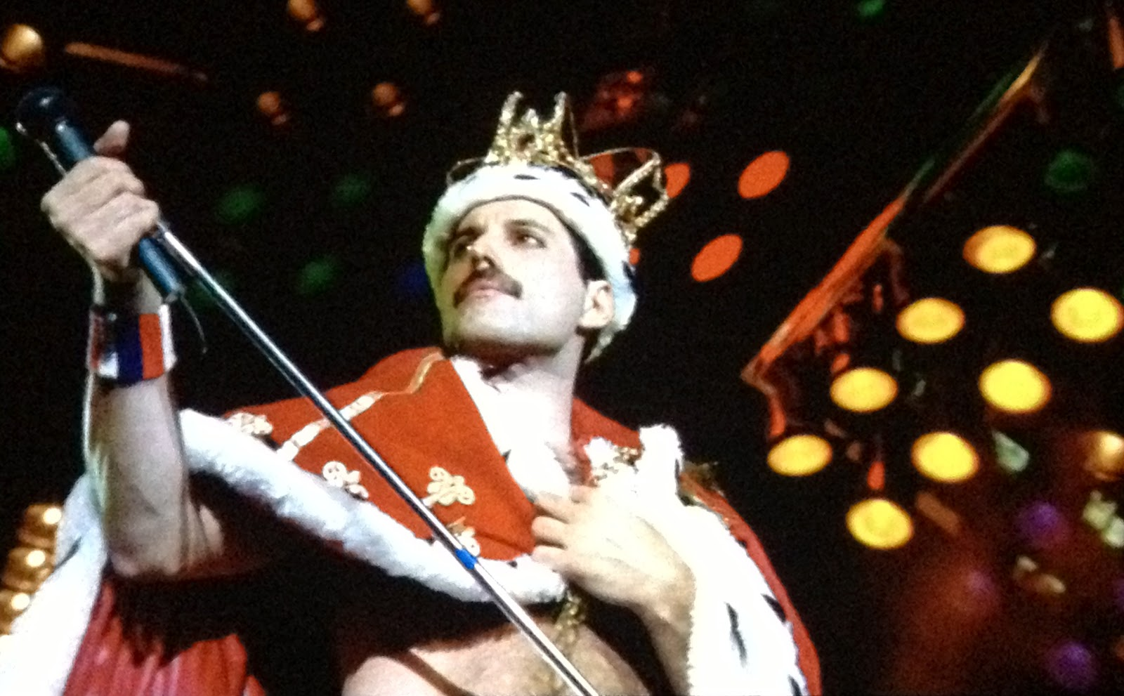 Freddie_mercury_wearing_crown